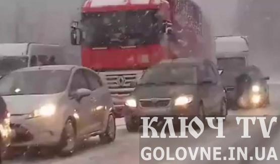 На перевалах Закарпаття випав сніг. На дорогах утворились великі затори. Відео